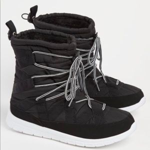 Shoes - New Womens Black Strapped Faux Fur Snow Boot